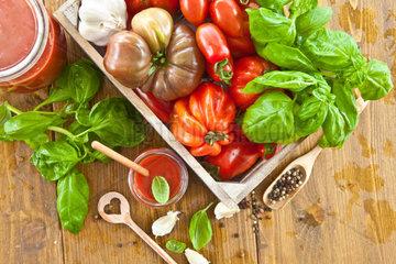 Hausgemachte Tomatensauce mit frischen Tomaten und Kraeutern