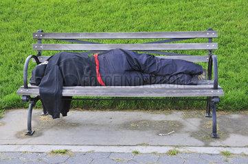 Schlafende obdachlose Frau  Parkbank  Manhattan  New York City  USA  Nordamerika  Amerika