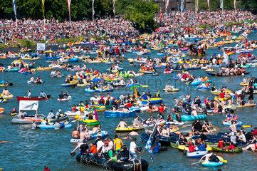 Schwoermontag  Nabada  ein traditioneller Ulmer Feiertag  Donau  Ulm  Baden.Wuerttemberg  Deutschland  Europa