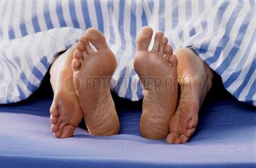 Bett  Decke  Fuesse  Paar  Partnerschaft  Liebe