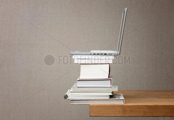 Buch; Buecher; Laptop; Wissen; Bildung; lesen; Bildungspolitik; Literatur; Recherche; recherchieren; google; wikepedia; Buecherstapel; Stapel; Wissensdurst; uebereinander; Universitaet; Unterschied; unterschiedlich; Urheberrecht; viel; Waelzer; Wissen; dick