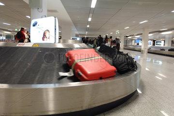 Flughafen; Gepaeck; Innenaufnahme; Koffer; Kofferband; Laufband; Johannesburg  Suedafrika  Gepaeckfoerderband; warten; abholen; transportieren; Transport; Urlaub; Reise; fliegen; Flug; Logistik; Personen; Passagier; Passagiere; Fluggast; Fluggaeste; Ankunft