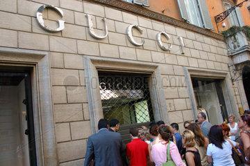 Rome - Menschenschlange vor dem Gucci Filiale in Via Condotti
