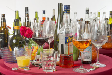 Ende einer Party  leere Glaeser und Flaschen
