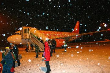 Berlin-Schoenefeld. Passagiere steigen aus eine easyJet Flugzeug.