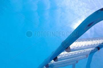 Pool; Pooltreppen; Schwimmbad; Schwimmbecken; Eingang; Hilfe; Einstieg; Treppe; Leiter; abwaerts; blau; Wasser; nass; Bad; Schwimmbeckentreppe; Schwimmen; Stufe; Stufen; Swimmingpool; Schwimmbecken; Urlaub; Erholung; erfrischen; Erfrischung; Unterwasser  u