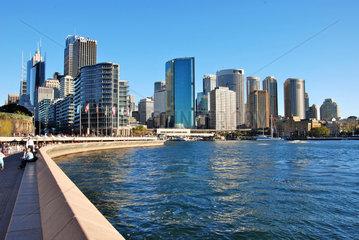 architecture; Architektur; Australia; Australien; city; culture; Harbour; holiday; oeffentlich; public; staedtereise; Sydney; tourism; tourismus; transport; Urlaub; Besichtigung; Sehenswuerdigkeit; Stadt; Atraktion; blau  Hafen  Wasser  Hochhaeuser  Stadtan