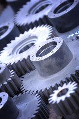 Zahnrad; Zahnraeder; praezise; exakt; ineinander greifen; verzahnt; Metall; Antrieb; Symbol; Wirtschaft; Antrieb; Ersatzteil; Maschinenbau; Mechanik; Metall; Nahaufnahme; Produkt; Produktaufnahme; Stahl; Bauteil  Bauteile  Drehsinn  Drehung  gear  gears  Ge