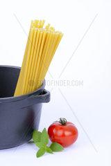 verschiedene italienische Pasta  Maccheroncini  Maccaroni  Teigwaren  Nudeln im Kochtopf  Tomate  Basilikum
