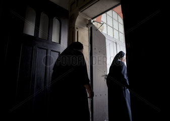 Nonnen kehren der Kirche den Ruecken