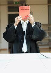 Amtsgericht; Anwalt; Book; Buch; Gericht; Gerichtsverhandlung; Gesetz; Deutschland; Politik; Gesetzbuch; Gesetzestext; Grundgesetz; justice; Justiz; Justizleitfaden; law; Rechtsanwalt; Richter; Strafverfahren; Symbol; Robe; Waelzer; Recht; Justizirrtum; Re
