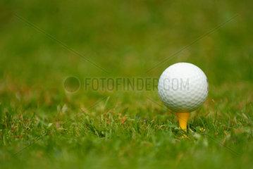 Abschlag; abschlagen; Golfplatz; Golfball; Aussen; Close-up; Golf; Golf Ball; Baelle; Balance; Golf Sports; Golf Tee; Golfball; Golfen; Golfsport; Golftee; Gras; Grass; Green; Gruen; Unscharf; Lawn; Niemand; Nobody; One Object; One Object Only; Outdoors;
