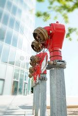Hydrant; Fireplug; Fire prevention; Prevention; Public safety; Hydranten; Reihe; Sicherheit; Schutz; Loeschwasser; Wasser; Feuer; Feuerwehr; Anordnung; sicher; loeschen  Wasseranschluss Gebaeudeschutz  Aussenaufnahme  rot  Signal  Parkverbot  Vorsorge