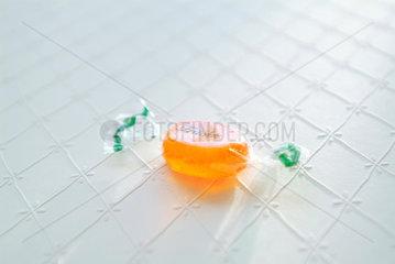orange  Bonbon  sweet  sweets  suess  Suessigkeit  Verpackung  Belohnung  Suesses  Folie  Frucht  fruchtig  Geschmack  Fruchtgeschmack  Suesswarenindustrie  Suesswaren  Suessigkeiten  Zucker  Karies  ungesund  Vitamine  Stueck  Verpackung  Genuss