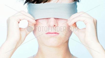 Augen; Augenbinde; blind; Blinde Kuh; verbunden; Tastsinn; verbunden; verbundene Augen; Dunkelheit; Blindheit; 1 Person; 20-30 Jahre; 20-30 years; adults; Frau; jung; 18 Jahre; augen verschlossen; Augen zu; verdecken; verdeckt; ausblenden; ausgeblendet; S