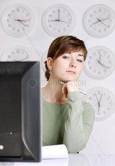 1 Person; Arbeitswelt; Erwachsen; Erwachsener; Geschaeftswelt; Business; Geschaeftsfrau; Hellhaeutig; Konzept; Frau; weibliche Person; weiblich; Person; Studioaufnahme; Uhr; Zeit; Uhrzeit; Zeitdruck; weisser Hintergrund; Zeitarbeit; Zeitfenster; Zeitangabe; W
