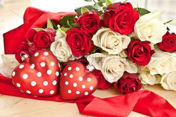 Weisse und rote Rosen mit zwei roten Herzen