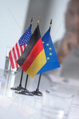 Amerikanische Flagge; Deutsche Flagge; Europaflagge; Innenraum; Amerika; Dekoration; Besprechung; Konferenztisch; Zimmer; Nationalflagge; EU; USA; Deutschland; Politik; Tisch; Konferenz; Tagung; Sitzung; Versammlung; Geschaeftswelt; internationales Busines