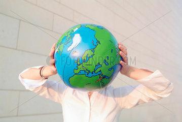 Globus; Europa; weltweit; Welt; Frau; Business; Job; Arbeit; Beruf; Umwelt; umweltbewusst; Karriere; Perspektive; Ehrgeiz; Meer; Weltmeer; global; economy; Globalisierung; Globalisation; globe; Aufbruch; Weltanschauung; Geschaeftswelt; Frau; Chance; grenzen