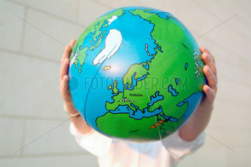 GGlobus; Europa; weltweit; Welt; Frau; Business; Job; Arbeit; Beruf; Umwelt; umweltbewusst; Karriere; Perspektive; Ehrgeiz; Meer; Weltmeer; global; economy; Globalisierung; Globalisation; globe; Aufbruch; Weltanschauung; Geschaeftswelt; Frau; Chance; grenze