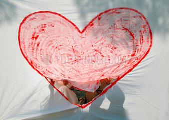 Herz; Liebe; rot; Hochzeit; Fest; Trauung; Ehe; Glueck; Eheschliessung; heiraten; Heirat; love; ausschneiden; festlich; Brautpaar; Hund; Loch; Durchblick; Partnerschaft; Verbindung; Zeichnung; Zeichen; Symbol; Glueckwunsch; heart; Marriage. wedding; Liebese