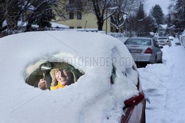 Autofahrer  Auto verschneit  Durchblick  Humor