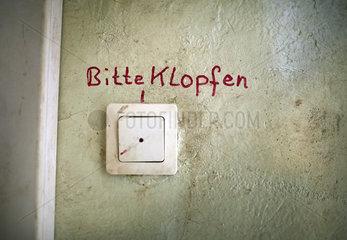 Kaputte Klingel auf einer Baustelle in Berlin