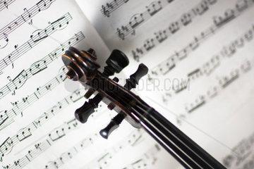 Musiknoten mit Violine