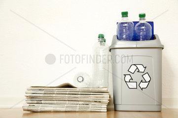 Zeitungen und Plastikflaschen in