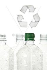 Plastikflaschen und Recyclingsymbol