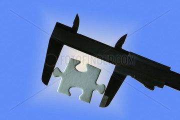 Puzzleteil in der Zange