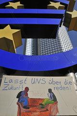 Lasst UNS ueber die Zukunft reden  Transparent der Protestbewegung Occupy Frankfurt  unter dem Eurosymbol vor der EZB  Europaeische Zentralbank  Willy-Brandt-Platz  Frankfurt am Main  Hessen  Deutschland  Europa