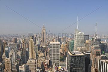 Panorama von der Aussichtsplattform Top of the Rock im Rockefeller Center auf das Empire State Building und nach downtown Manhattan  Manhattan  New York City  USA  Nordamerika  Amerika