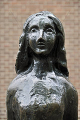 Annelies Marie Frank  verkuerzt Anne Frank  Statue  Westermarkt  Amsterdam  Niederlande  Europa