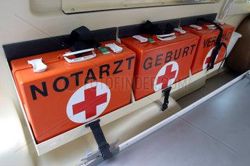 Notarztkoffer in einem Rettungswagen