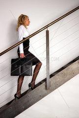 Frau geht auf Stiege aufwaerts