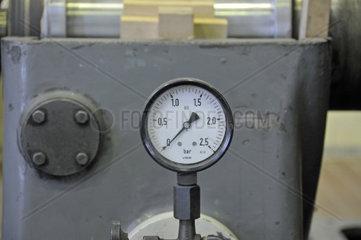Manometer eines Drehstrom-Synchrom-Generator  Entnahme-Gegendruck-Turbinenanlage  Heizkraftwerk FUG  Ulm  Baden-Wuerttemberg  Deutschland  Europa