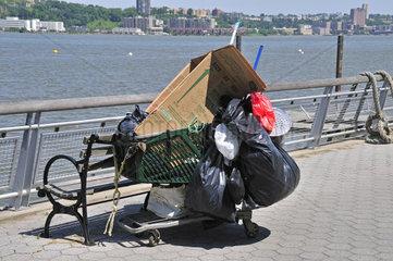 Habseeligkeiten eines Obdachlosen  Einkaufswagen am Hudson River  Manhattan  New York City  USA  Nordamerika  Amerika