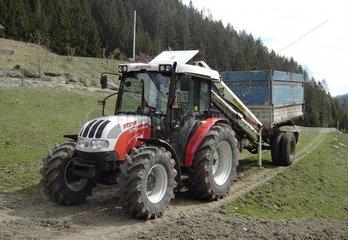 Traktor mit Haenger und Ladekran