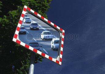 Fahrende Autos in einem Verkehrspiegel