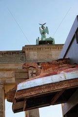 Installation von Kalliopi Lemos am Brandenburger Tor