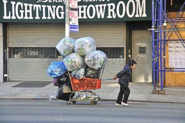 Viele sozial schwaecher gestellte Menschen leben vom Pfandsammeln  Chinatown  Manhattan  New York City  USA  Nordamerika  Amerika
