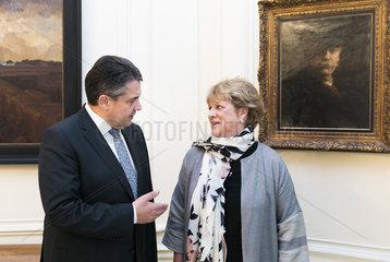 Sigmar Gabriel  SPD  Vizekanzler und Bundesaussenminister und seine englische Austauschschuelerin