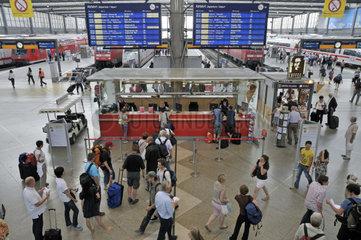 Informationsschalter mit Zuginformationen  Bahnhofshalle  Hauptbahnhof in Muenchen  Oberbayern  Bayern  Deutschland  Europa