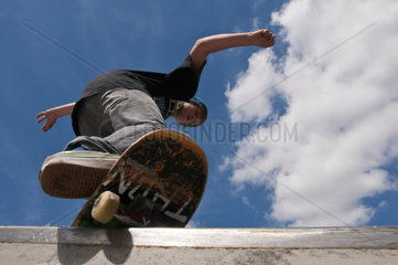 Zwoelfjaehriger Skater macht einen boardslide  Skateanlage Blaubeuren  Schwaebische Allb  Baden-Wuerttemberg  Deutschland  Europa