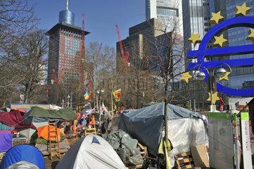 Protestcamp der Occupy Frankfurt Bewegung vor dem Symbol der Euro Waehrung  Europaeische Zentralbank EZB  Willy-Brandt-Platz  Frankfurt am Main  Hessen  Deutschland  Europa