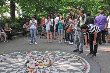 Touristen an der geschmueckten Gedenkstaette fuer John Lennon  Strawberry Fields  Central Park  Manhattan  New York City  USA  Nordamerika  Amerika