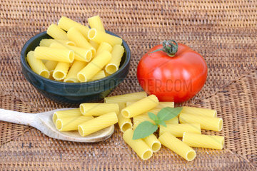 italienische Pasta  Rigatoni  Teigwaren  Nudeln  Tomate  Basilikum
