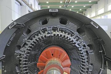 Drehstrom-Synchrom-Generator einer Entnahme-Gegendruck-Turbinenanlage  Heizkraftwerk FUG  Ulm  Baden-Wuerttemberg  Deutschland  Europa