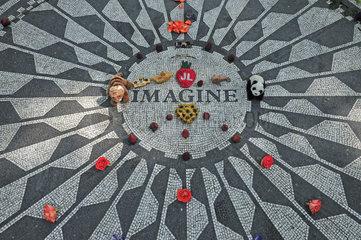 Geschmueckte Gedenkstaette fuer John Lennon  Strawberry Fields  Central Park  Manhattan  New York City  USA  Nordamerika  Amerika